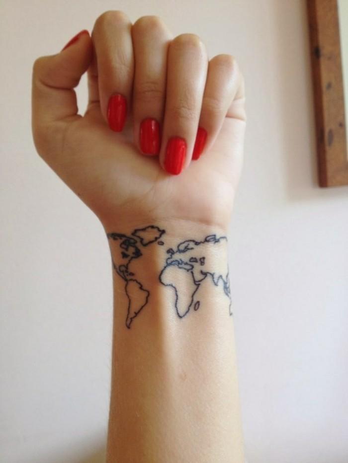 Idea per un tattoo polso, disegno mappamondo sul braccio di una donna, unghie a mandorla, smalto rosso lucido