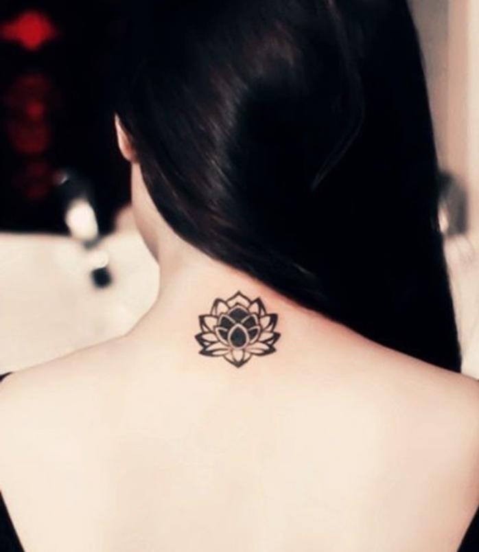 Fiore di loto, tatuaggio sulla schiena, donna con capelli lisci