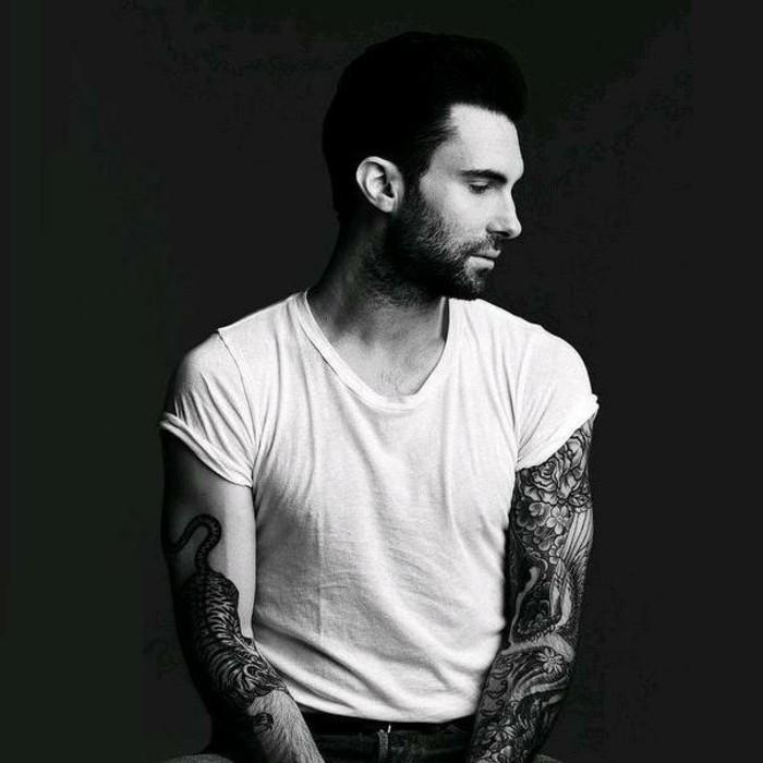 Adam Levine con tanti tatuaggi sulle braccia, tattoo polso della mano