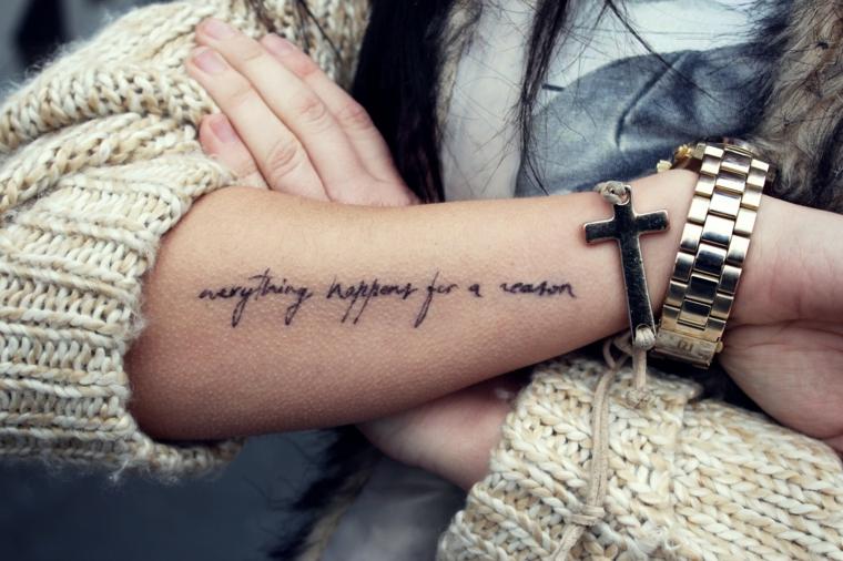 Frasi da tatuarsi, tatuaggio sull'avambraccio, scritta in corsivo sul braccio
