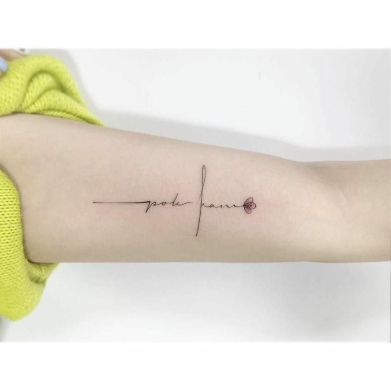 Tatuaggi piccoli scritte, disegno fiore colorato, tattoo sull'avambraccio