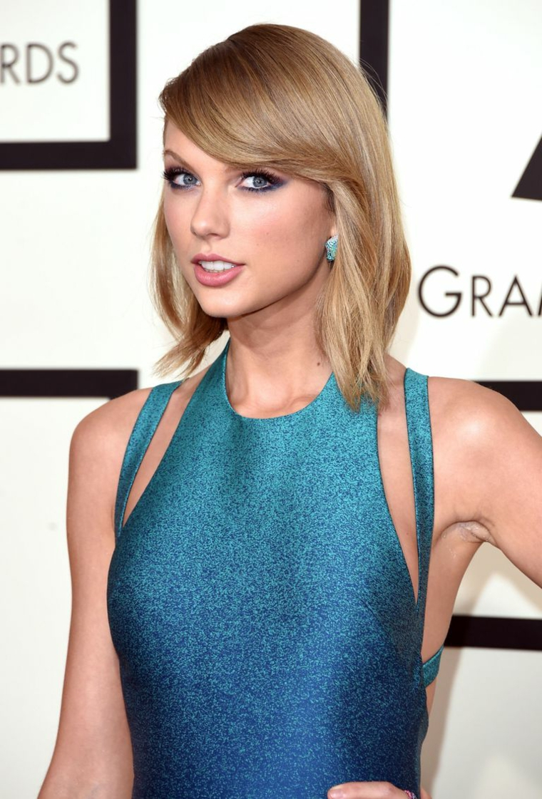 Taylor Swift ai Grammy Awards, abito blu con glitter, capelli caschetto biondi