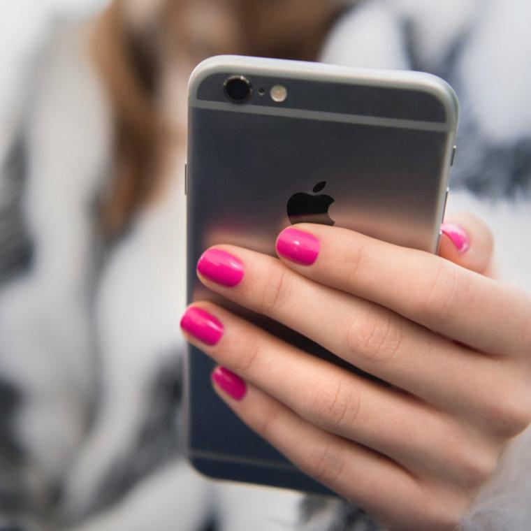 Idea per unghie gel rosa, telefono in mano, donna con smalto fucsia
