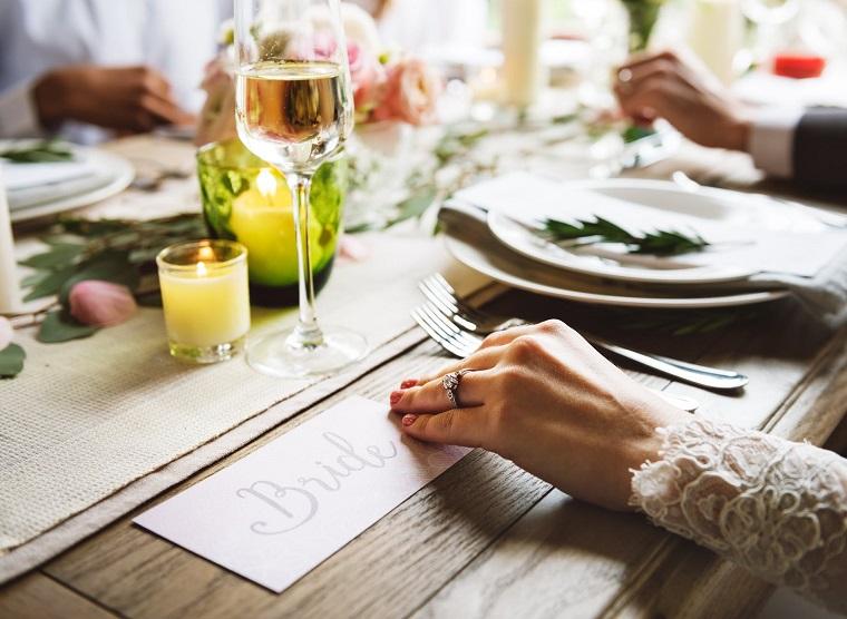 Preparativi matrimonio, tavolo apparecchiato per un matrimonio, segnaposto della sposa