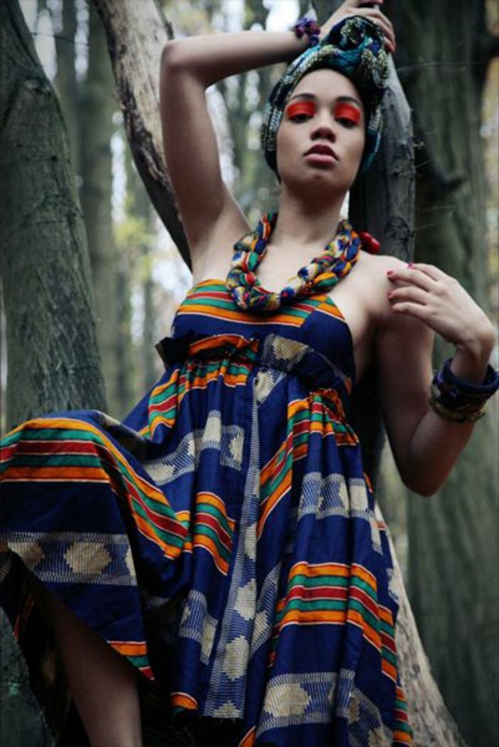 Ragazza seduta su un albero, abito estivo con cintura in vita, accessori abbinati al vestito