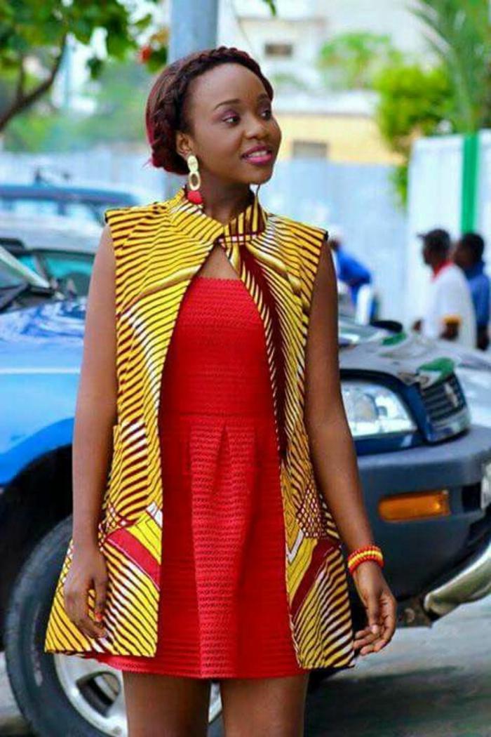 Ragazza con abito rosso corto, giacca senza manica di colore giallo, ragazza con acconciatura treccia corona