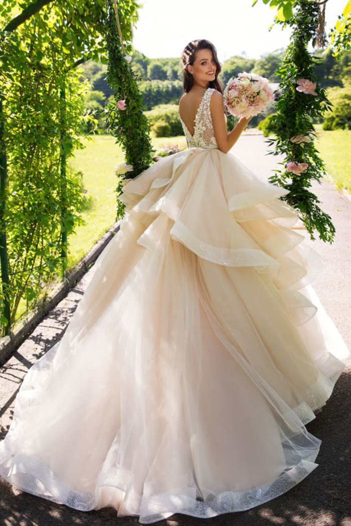 Vestito da sposa con tulle rosa, ragazza con capelli castani, gonna con taglio asimmetrico