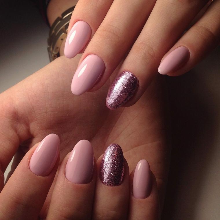 Smalto rosa cipria, unghie a mandorla, accent nail rosa glitter