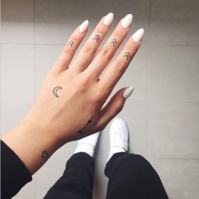 Tattoo tribali, disegno mezza luna, donna con mano tatuata