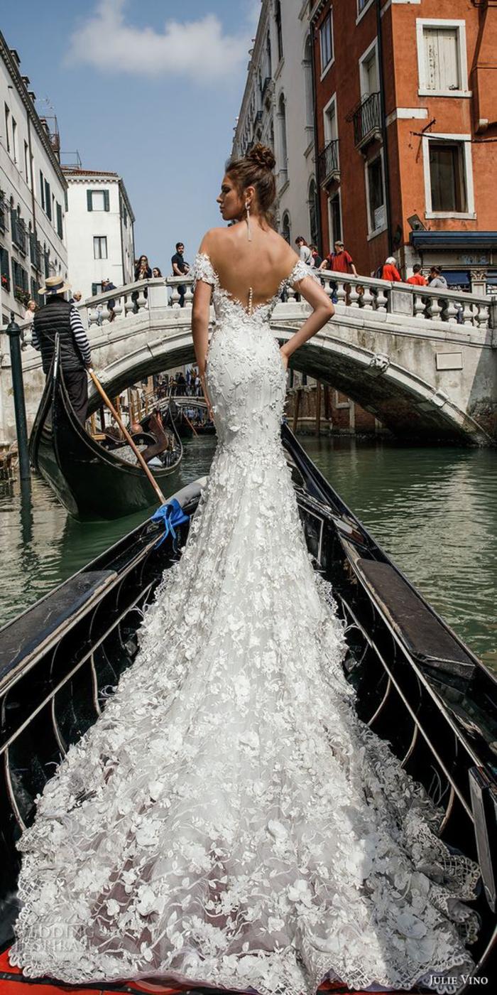 Abito da sposa stile sirena, vestito bianco con ornamenti, barca nella città di Venezia