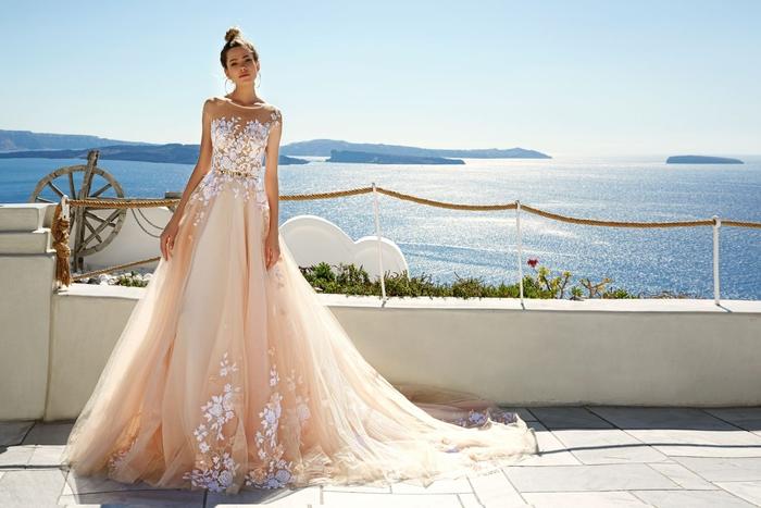Abito da sposa colore rosa, vestito in tulle con ricami, matrimonio in spiaggia