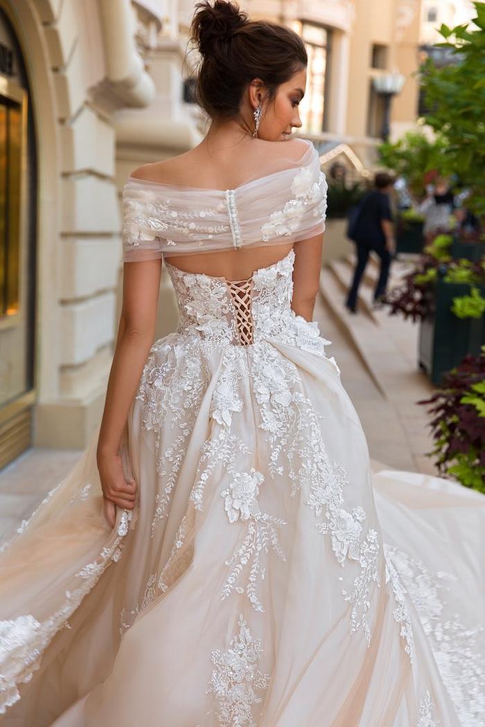 Sposa da principessa, ragazza con abito bianco, capelli castani legati a chignon