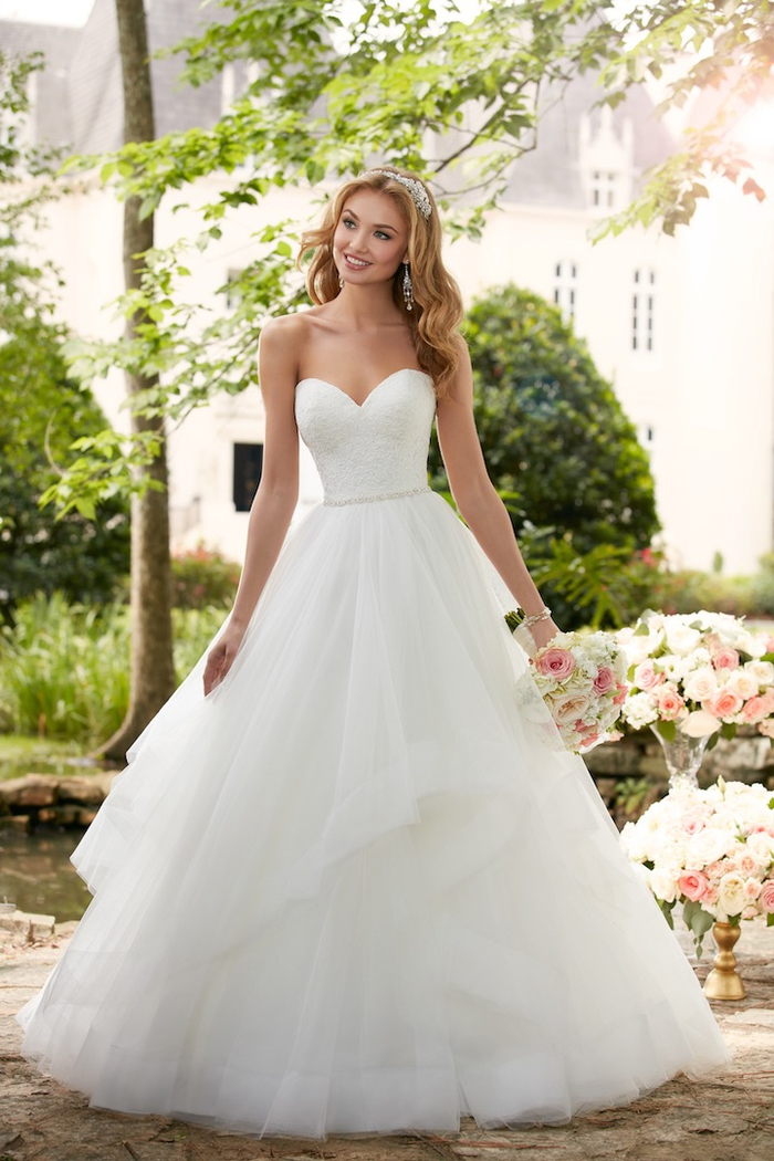 Abito da sposa di colore bianco, vestito con scollo a barca