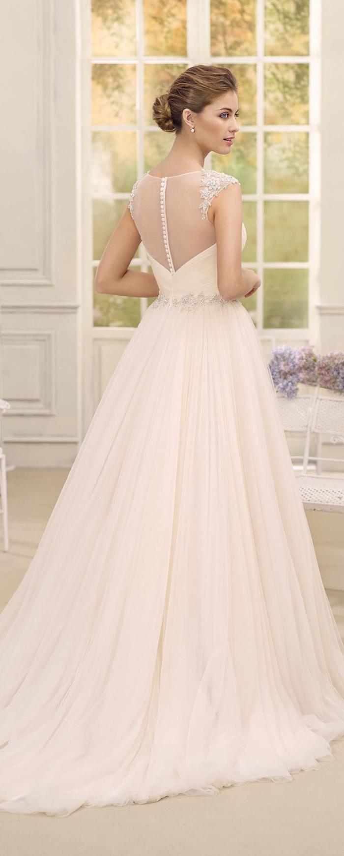 Ragazza con abito da sposa, vestito di colore crema, gonna in tulle