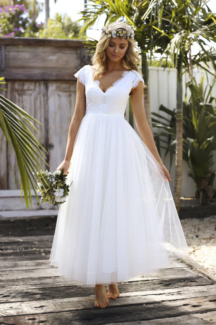 Donna bionda con abito da sposa, vestito con scollo a V, gonna in chiffon bianco
