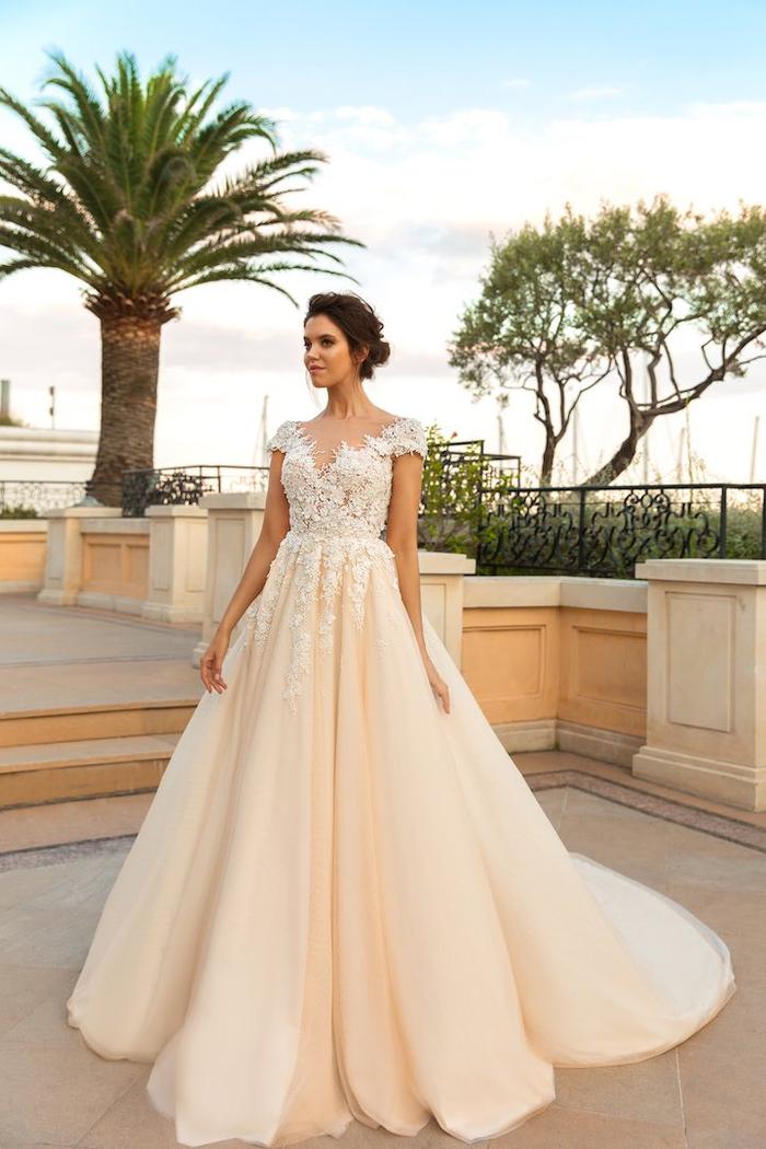 Donna con abito da sposa, vestito colore pesca, bustino con ricami