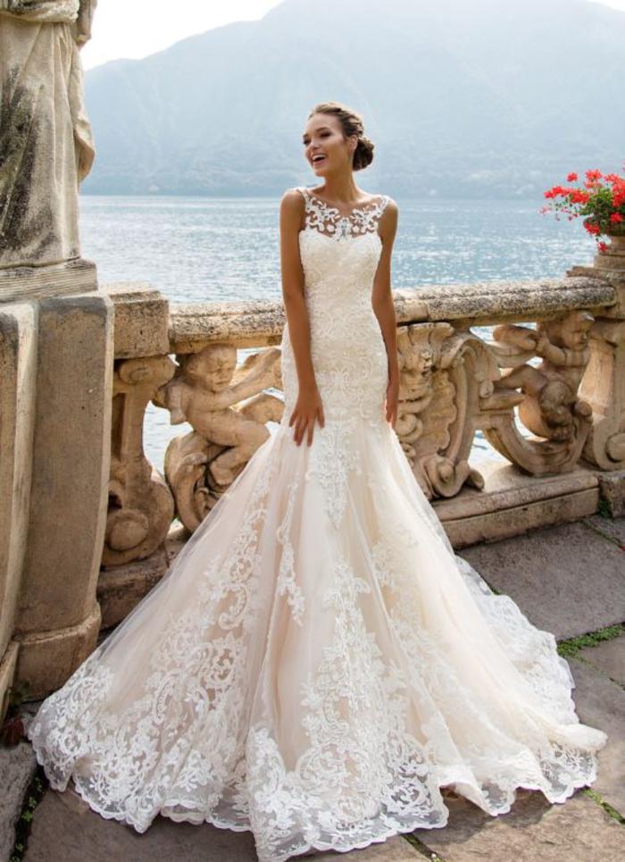 Donna con abito da sposa, vestito da sposa stile sirena, acconciatura capelli legati
