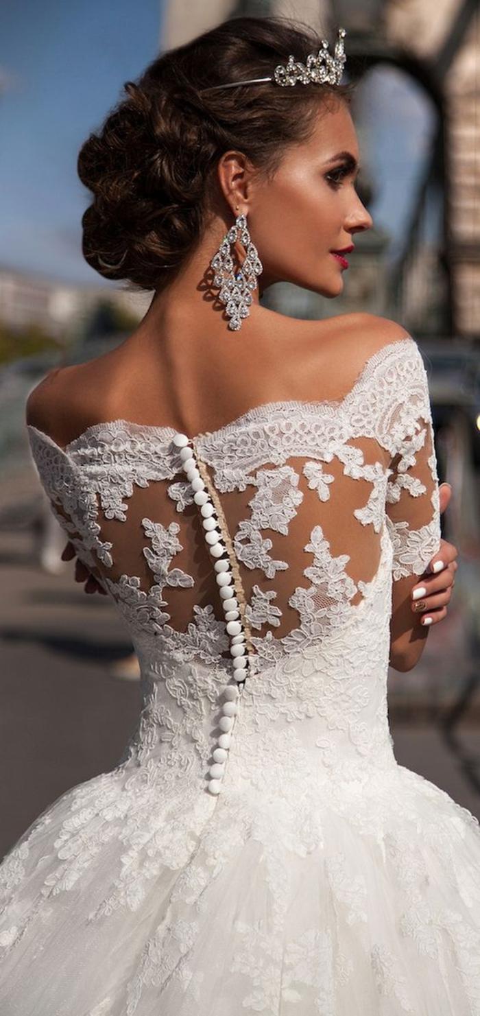 Abito da sposa con ricami, donna con capelli legati, vestito da sposa stile principessa