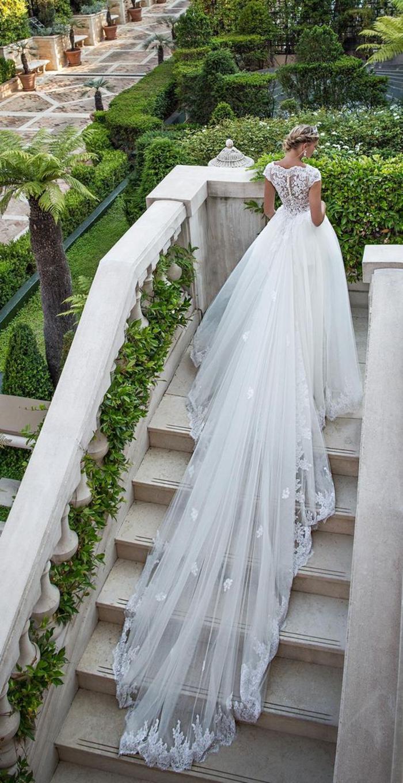 Donna con abito da sposa lungo, ragazza che sale le scale, abito bianco con ricami