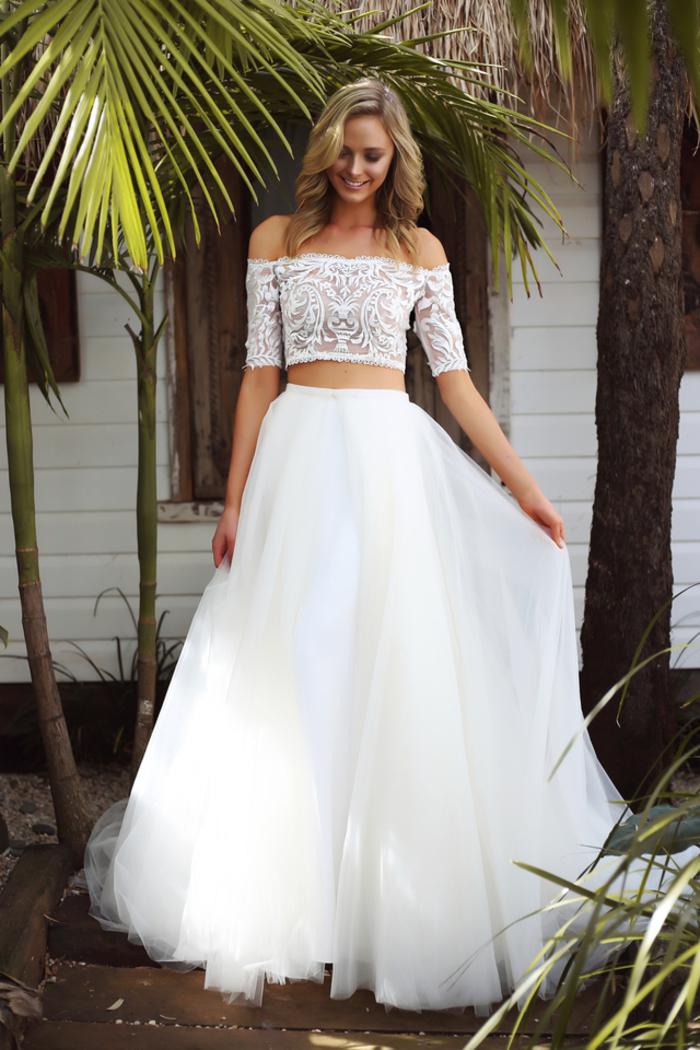 Abiti da sposa principeschi, vestito bianco due pezzi, ragazza con capelli ricci