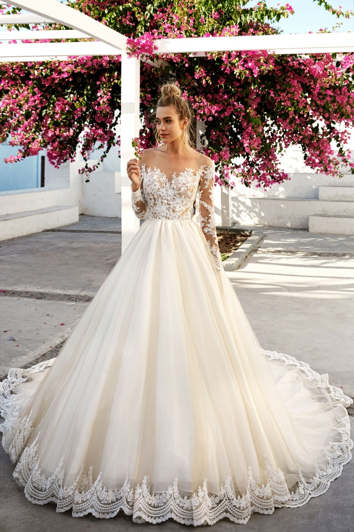 Abito da sposa in stile principessa, vestito con bustino ricamato