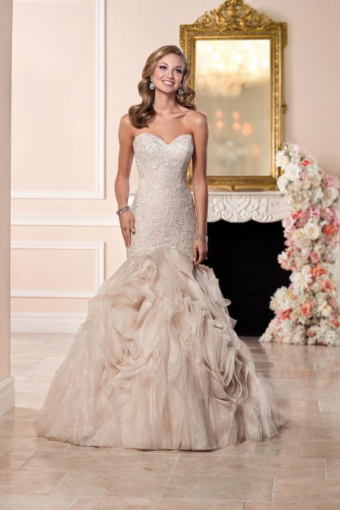 Vestito di colore pesca, abito da sposa stile sirena, donna con capelli biondi
