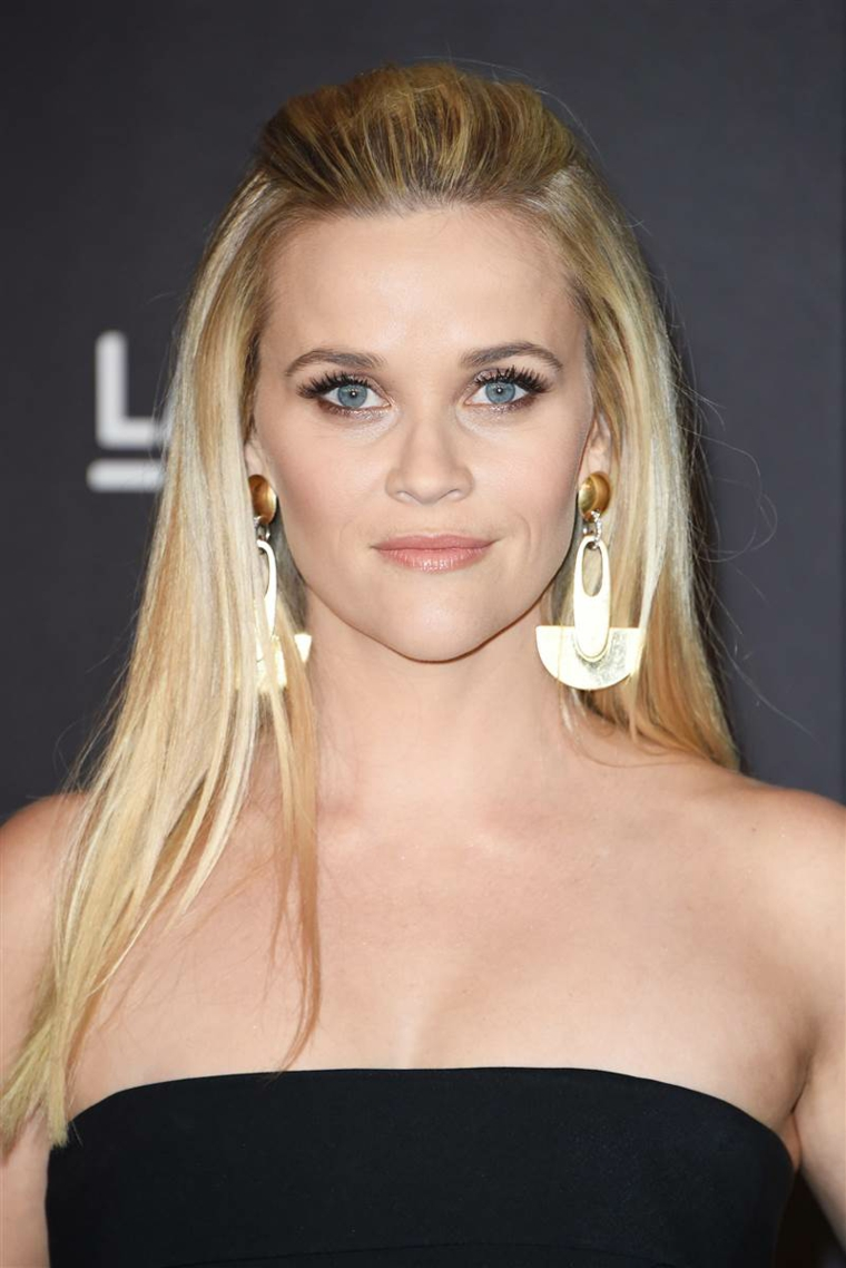 L'attrice Reese Witherspoon, capelli lunghi e biondi, acconciatura con frangia tirata