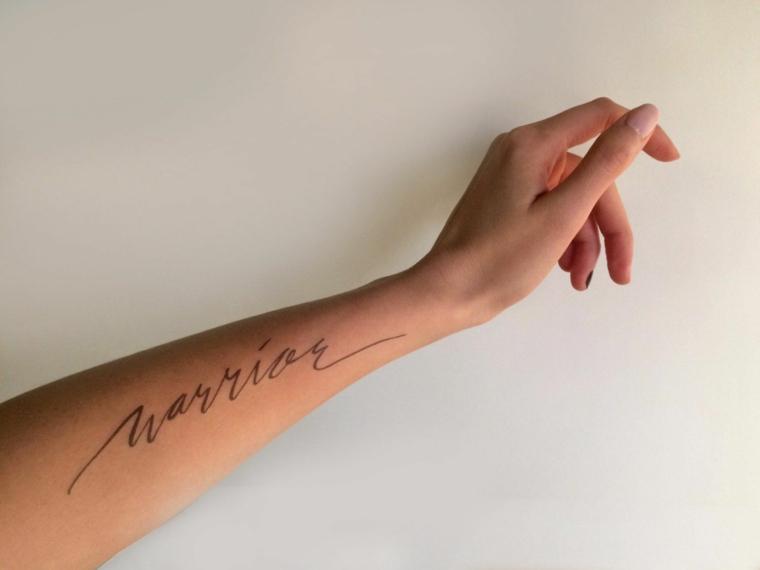 Frasi belle sulla vita e sull'amore, scritta sull'avambraccio donna