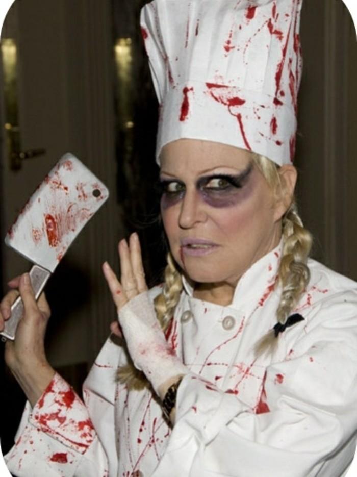 Vestiti di Halloween, donna con trecce bionde, vestito da cuoco con sangue