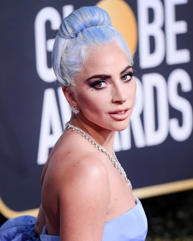 Colore capelli 2019, Lady Gaga con capelli blu, acconciatura con chignon