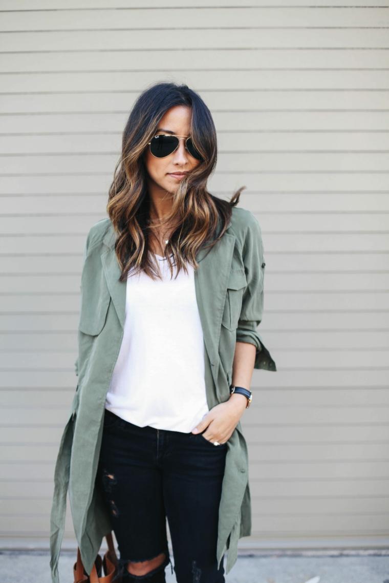 Tinta capelli balayage, donna con trench verde, acconciatura capelli ricci