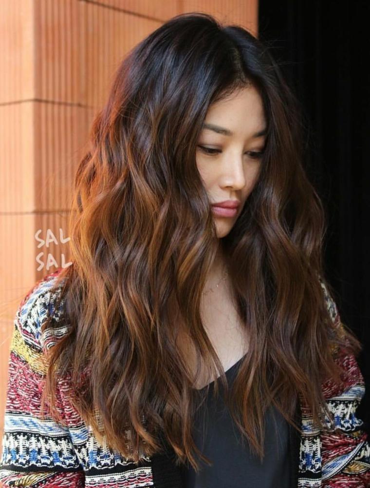 Colore capelli, donna con capelli mossi, capelli lunghi ricci, colorazione chioma di castano