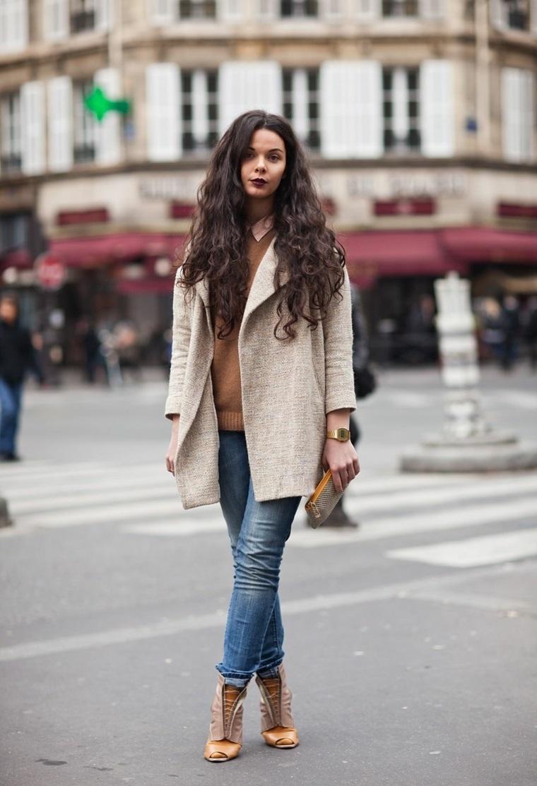 Abbigliamento street style, tinta capelli di colore castano, capelli lunghi e ricci
