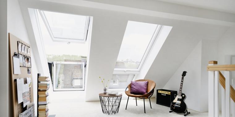 Sottotetto con sedia e tavolino, soffitto in pendenza, mensole con libri