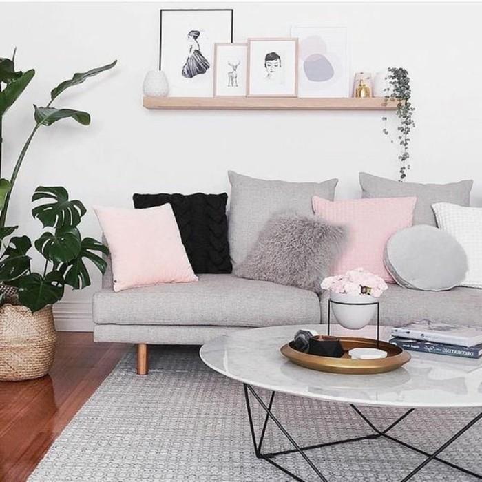 Arredare salotto piccolo, divano con cuscini colorati, tavolino ovale di marmo