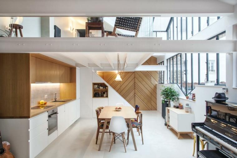Cucina in mansarda, open space in sottotetto, salotto con tavolo da pranzo