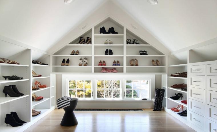 Idea per arredare sottotetto, mansarda con scarpiere, mensole di legno con scarpe