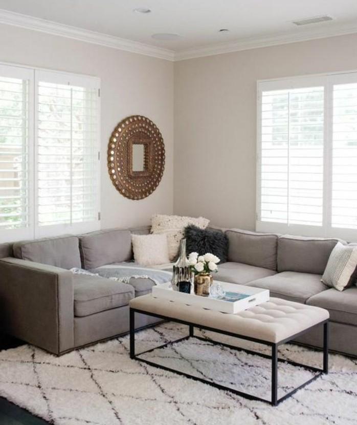 Idee arredamento soggiorno, tappeto bianco con disegni geometrici, vassoio con vaso di fiori