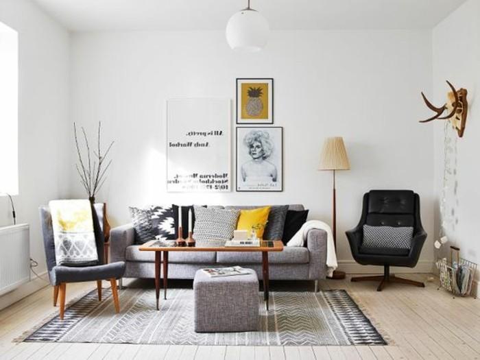 Idea per colori pareti soggiorno, pavimento in legno chiaro, divano con cuscini colorati