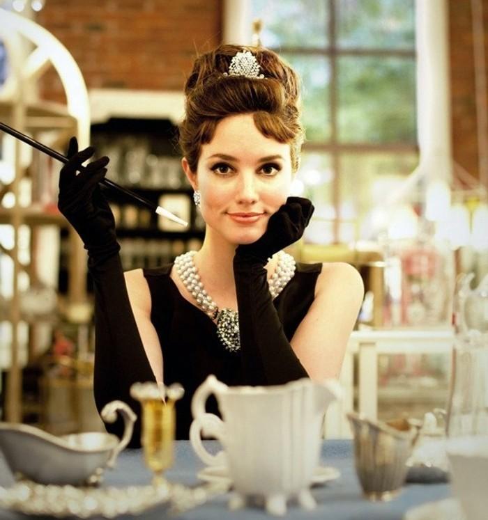 Idee vestiti halloween ragazza, abito di colore nero, guanti neri lunghi