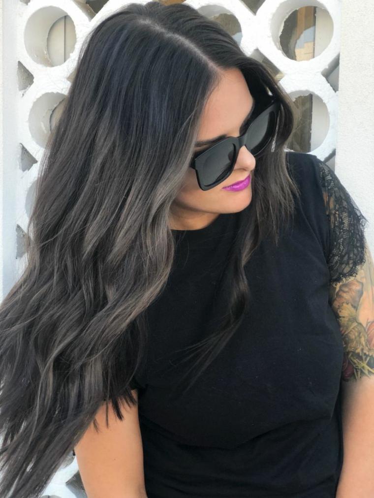 Capelli neri con sfumature di grigio, ragazza con occhiali da sole, tatuaggi sul braccio