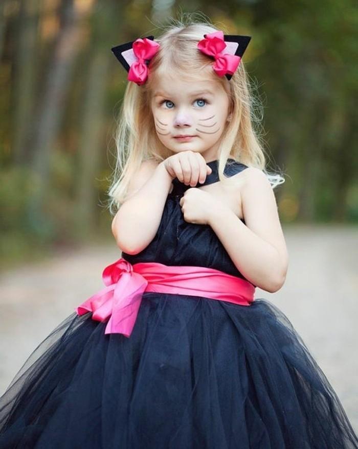 Travestimenti halloween, bambina con capelli biondi, abito blu con tulle