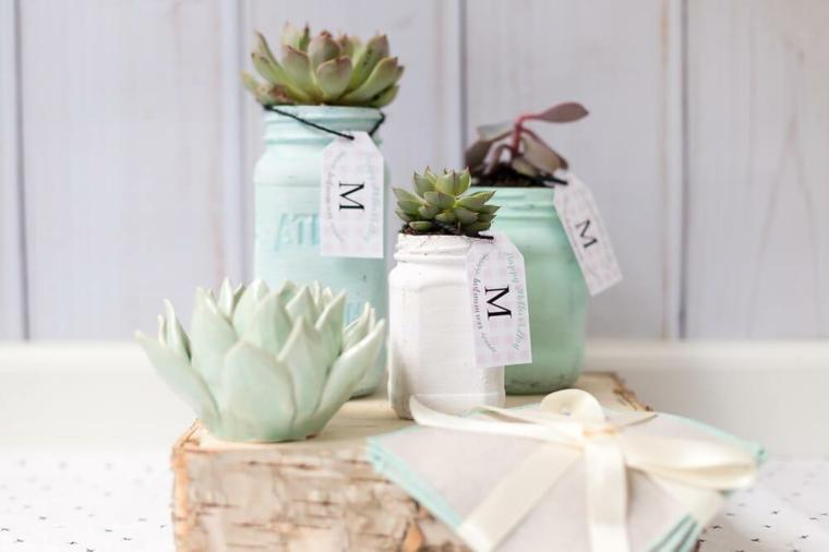 Idee regalo festa della mamma economiche, vasi con piante grasse, barattoli di vetro dipinti