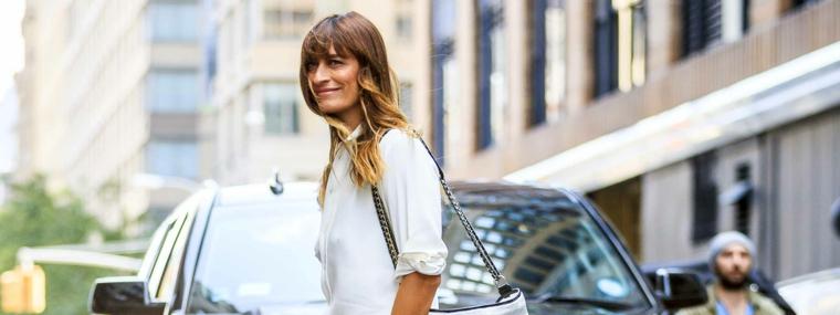 Tinta capelli, donna con capelli biondi, ragazza che attraversa la strada