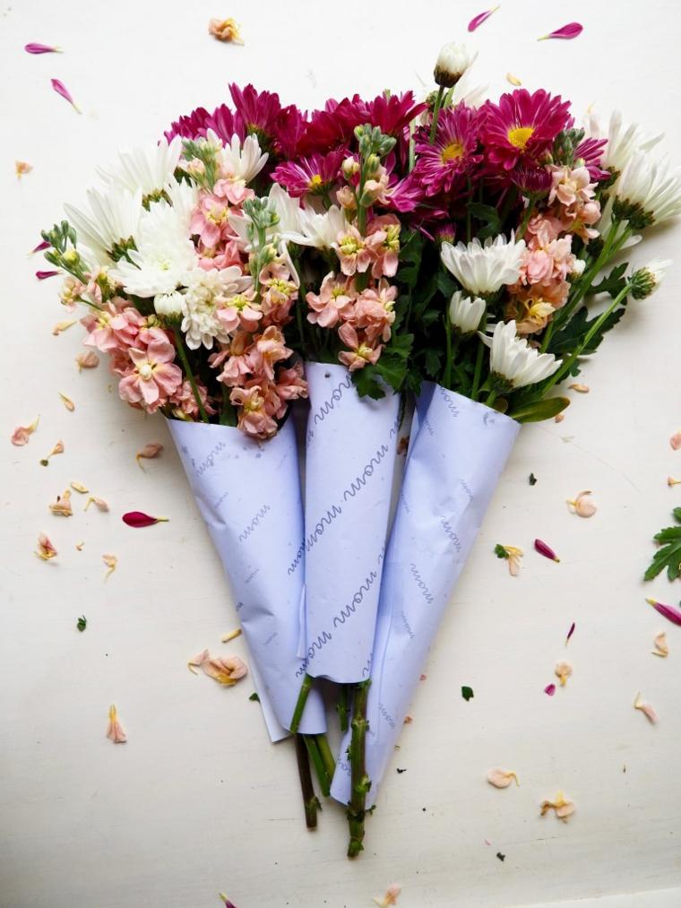 Petali di fiori sparsi, idee festa della mamma, bouquet di fiori