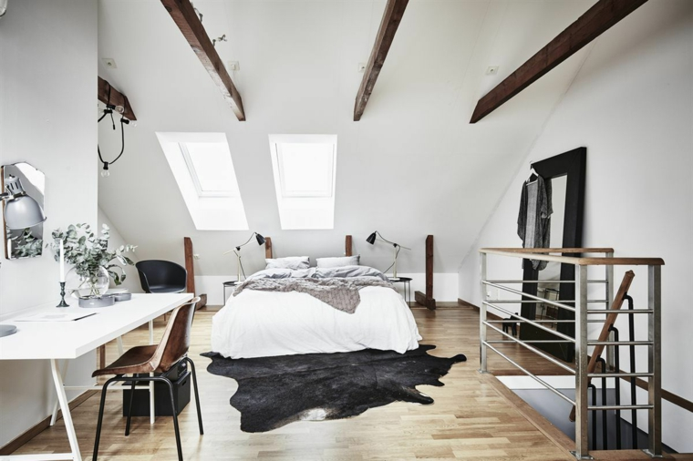 Arredare mansarda, camera da letto in bianco, soffitto in pendenza, travi di legno