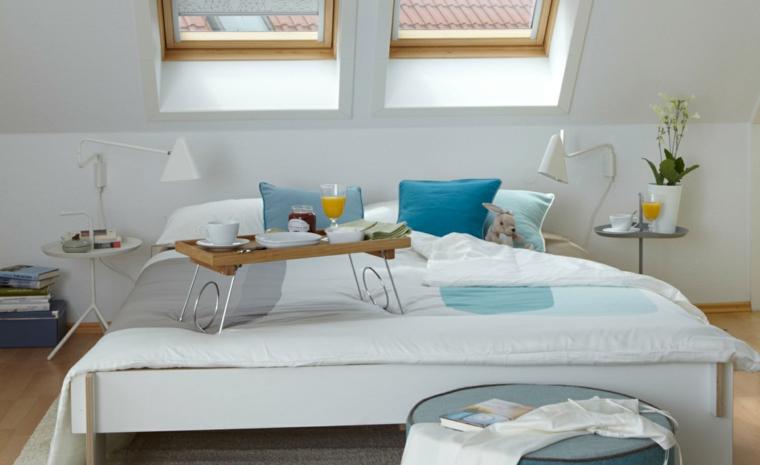 Arredare sottotetto, soffitto in pendenza, camera da letto, tavolini rotondi come comodini