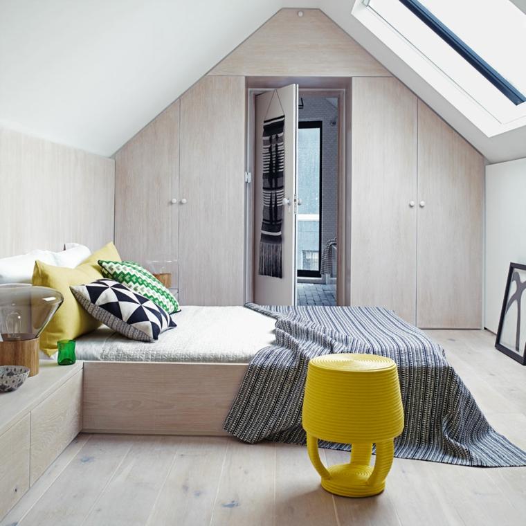 Armadio su misura per mansarda, camera da letto. mobili di legno, soffitto in pendenza