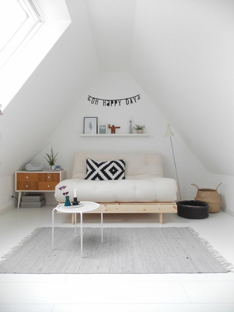 Camera da letto in mansarda bassa, soffitto in pendenza, ghirlanda con scritta