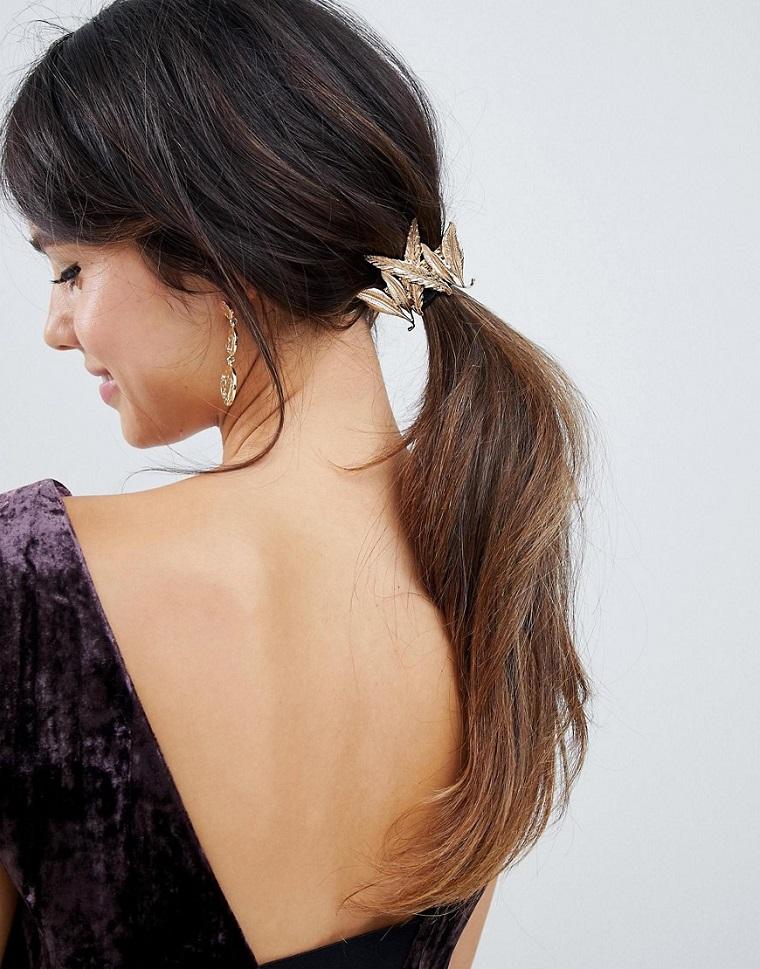 Ragazza con capelli legati, abito viola con schiena scoperta, accessorio per capelli